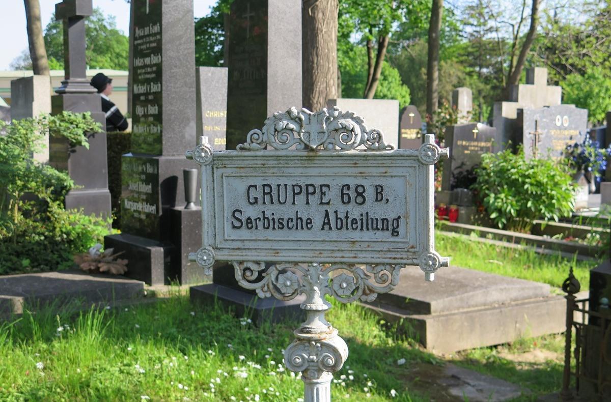 Помен на бечким гробљима