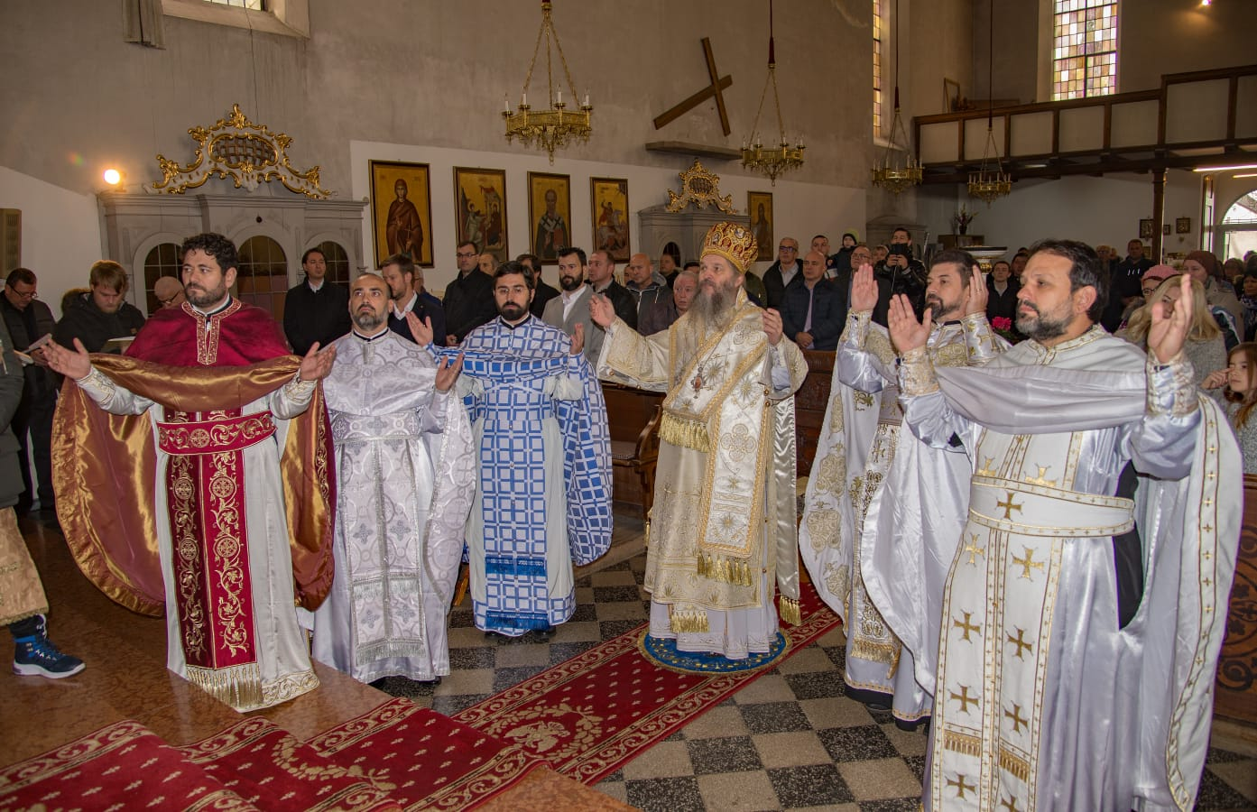 Архијерејска литургија у Браунау