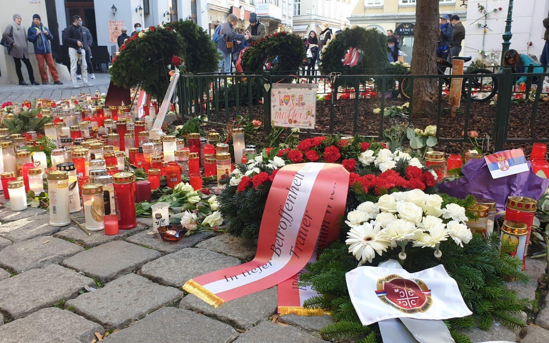 Полагање цвећа на месту терористичког напада у центру Беча