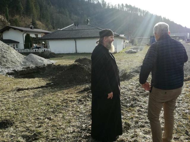 Епископ Андреј у обиласку земљишта за изградњу храма у Куфштајну
