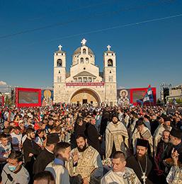 Патријарха Порфирија у Подгорици дочекале десетине хиљада верника